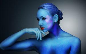 モンスターのように青く染まった女性
