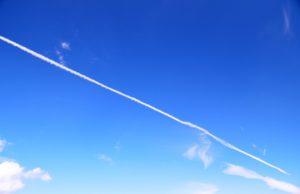 綺麗な飛行機雲が伸びている青い空