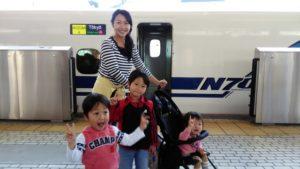 新幹線で帰省する親子