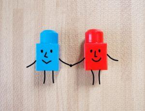 男女に見立てた、手をつなぐ青と赤のブロック