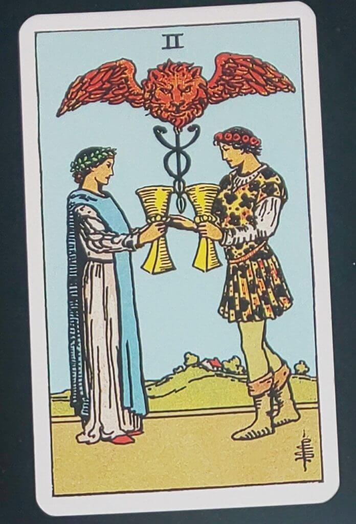 男女がカップを合わせている図のタロットカード