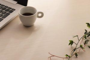 パソコンとコーヒーと蔦の葉