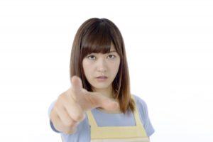 怖い顔で人差し指でこちらを指差している妻らしき女性
